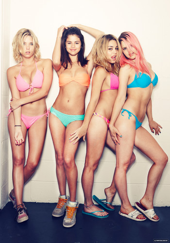 Selena Gomez karatasi la kupamba ukuta containing a bikini titled Selena Gomez, Vanessa Hudgens, Ashley Benson and Rachel Korine