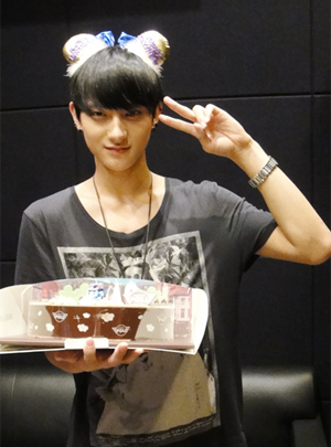 Tao 壁紙 with a bouquet titled Tao on his birthday.