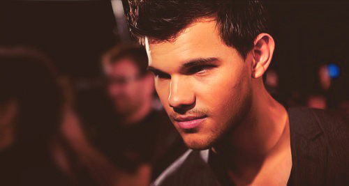 Taylor Lautner wallpaper probably with a business suit entitled Taylor <3