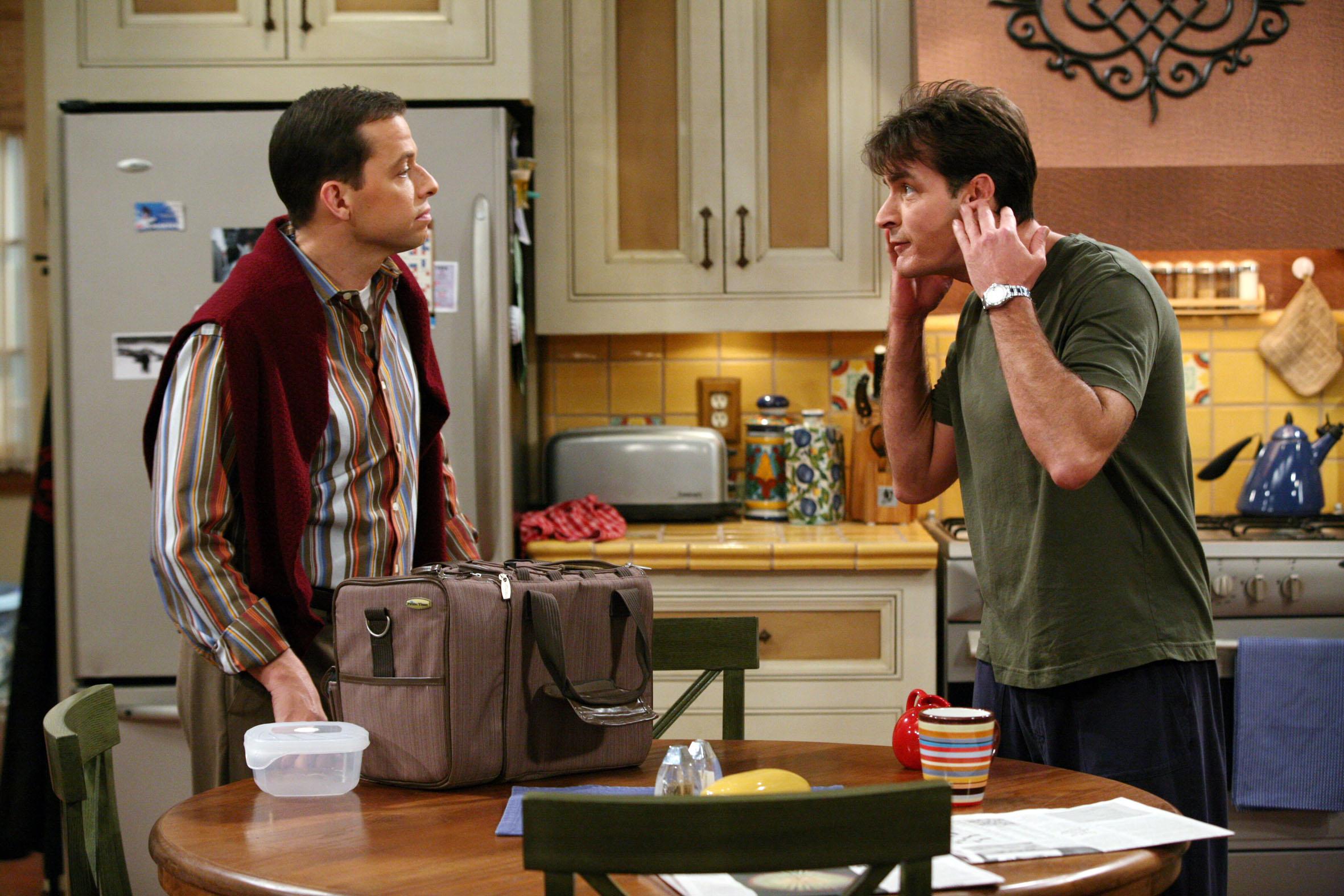 Два с половиной человека 2 сезон 3 серия сумка полная хлама смотреть онлайн!