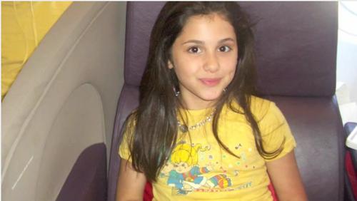 আরিয়ানা গ্র্যান্ডে দেওয়ালপত্র titled Young ari