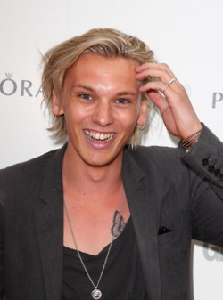 Jamie Campbell Bower wallpaper containing a portrait entitled Jamie Campbell Bower l Glamour Women of the ano Awards (2012)