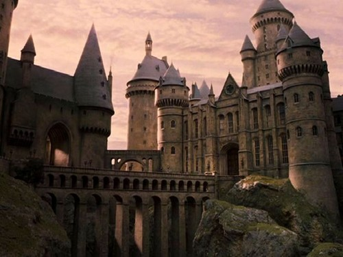 Harry Potter karatasi la kupamba ukuta probably containing a chateau and an alcazar called hogwarts