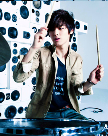 Kang Min Hyuk দেওয়ালপত্র probably with a drummer, a turntable, and a sign called kang min hyuk ♥♥♥