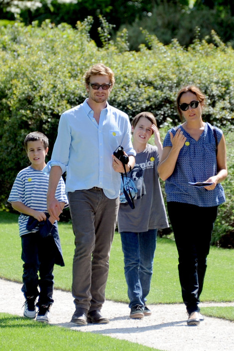 """""""Mentalist"""" Simon Baker takes in the sights and snaps pictures at the Rodin Museum and gardens with"""