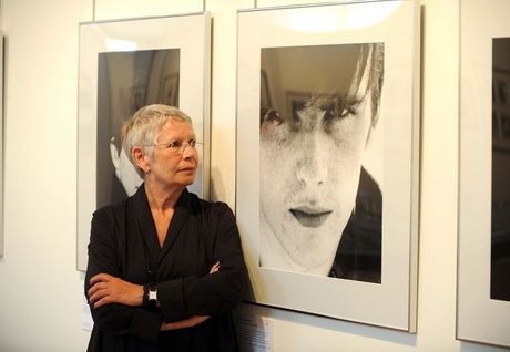 Astrid-looks-at-a-picture-of-Stuart-astrid-kirchherr-31034879-460-318.jpg