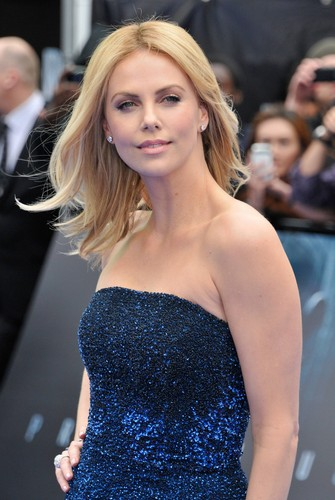 Charlize Theron wallpaper probably containing a cocktail dress entitled Charlize Theron at Prometheus Premiere in the UK