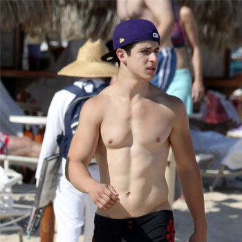 David Henrie wallpaper probably containing a hunk titled David Henrie (SHIRTLESS!)