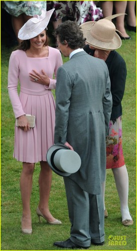 Duchess Kate: Buckingham Palace Garden चाय Party!