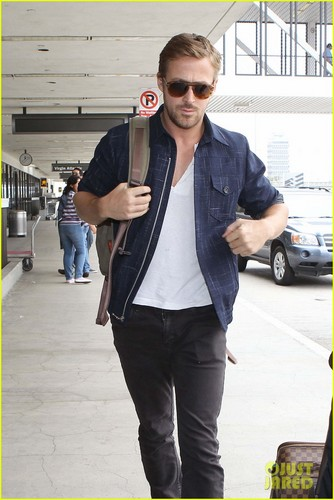 Eva Mendes & Ryan Gosling: Going Green at the Airport!