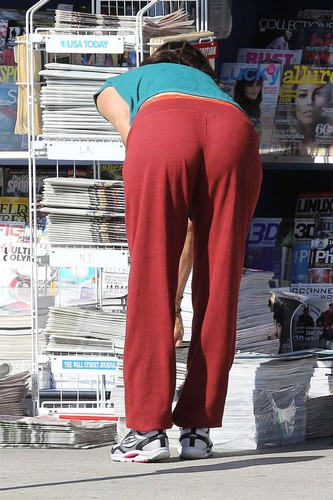 Goes All Natural To A News Stand Near Her House To Buy A Vogue Magazine [7 June 2012]