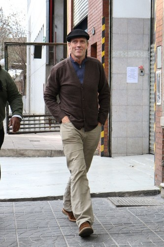休·劳瑞 壁纸 containing a 街, 街道 and a business suit entitled Hugh Laurie leaving El Obrero Restaurante 08.06.2012