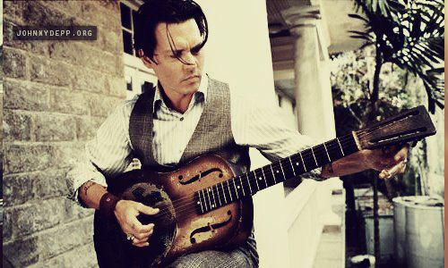 Photos  - Page 37 JD-with-guitare-3-johnny-depp-31058941-500-300