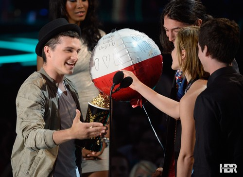 Josh at the MTV Movie Awards 2012 - jennifer-lawrence-and-josh-hutcherson Photo