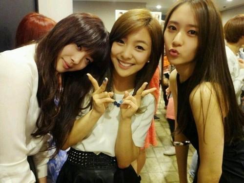Krystal, Luna, Sulli's Selca @ I AM Showcase Backstage