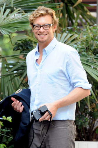 Mentalist' Simon Baker takes in the sights and snaps pictures at the Rodin Museum and gardens with h