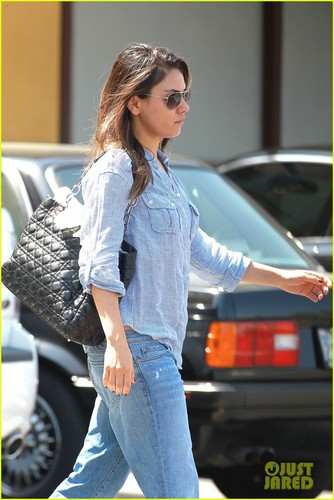 Mila Kunis: Green Nail Salon Stop! - mila-kunis Photo