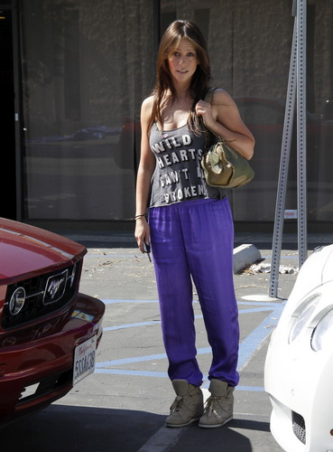 Outside Her 首页 In Los Angeles [30 May 2012]