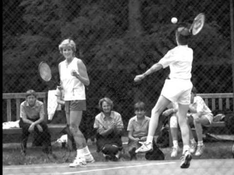 Princess Diana playing 테니스 with Prince William