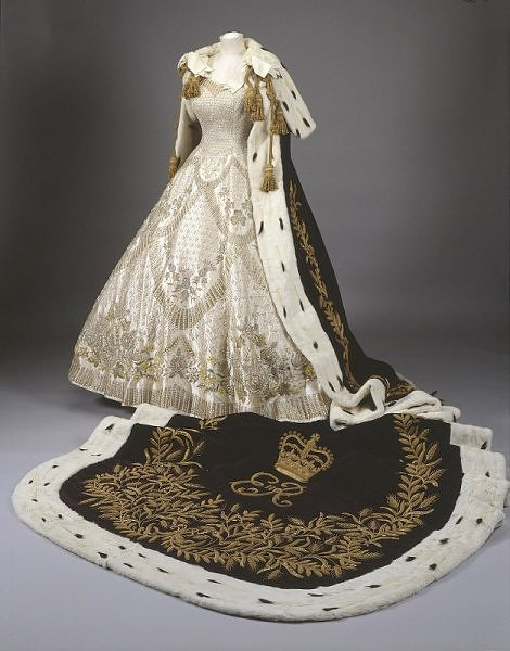 Queen Elizabeth II's Coronation Ensemble - Daydreaming ...Queen Elizabeth Coronation Dress