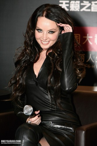 Sarah Brightman achtergrond containing a hip boot and a well dressed person called Sarah Brightman