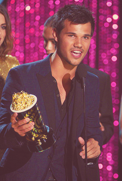 Twilight Series wallpaper possibly with a concert and a bouquet entitled Taylor Lautner - MMA's 2012!