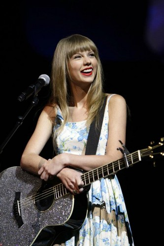 Taylor pantas, swift performed ai Wallmart(June, 1st)