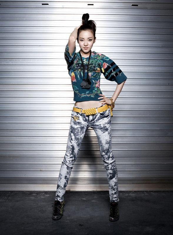 http://images5.fanpop.com/image/photos/31000000/itgirl2-dara-2ne1-31099255-588-801.jpg