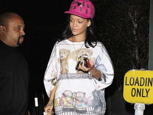 rihanna pink hat - rihanna Wallpaper