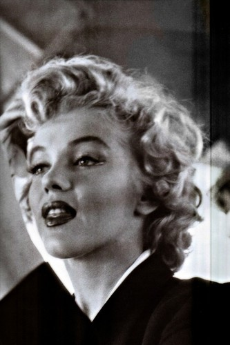 Marilyn Monroe wolpeyper with a business suit called Marilyn Monroe