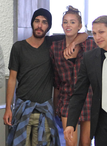 12/06 At The Airport In Miami - miley-cyrus Photo
