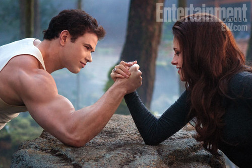 Breaking Dawn part 2: Emmett and Bella arm wrestling