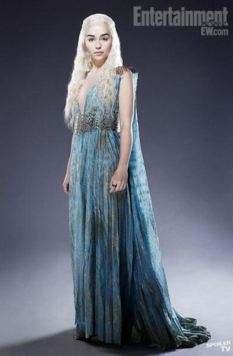 Daenerys Targaryen Hintergrund possibly containing a abendessen dress and a kleid called Daenerys Targaryen Season EW Promo