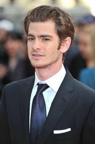 "Andrew Garfield karatasi la kupamba ukuta containing a business suit, a suit, and a two piece called Emma Stone, Andrew Garfield at the UK premiere of ""The Amazing Spider-Man"" (June 18)."
