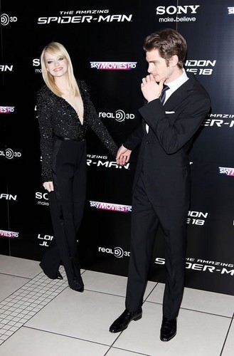 "Emma Stone, Andrew गारफील्ड at the UK premiere of ""The Amazing Spider-Man"" (June 18)."