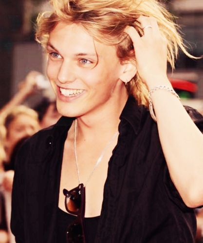 Jamie Campbell Bower achtergrond entitled Jamie<3