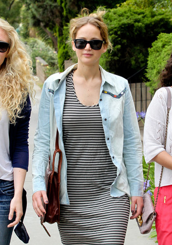 Jen out with friends in Santa Monica {13/06/12} - jennifer-lawrence Photo