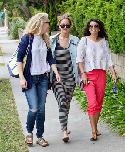 Jen out with friends in Santa Monica {13/06/12}