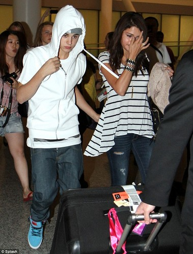 Justin Bieber and Selena Gomez wallpaper titled Justin and Selena airport.