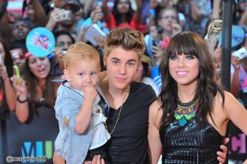 Justin ,jaxon bieber & carly 2012 MMVA's