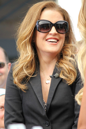 """Lisa Marie Presley Does """"Extra"""""""
