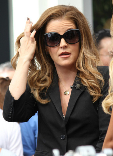 "Lisa Marie Presley Does ""Extra"""