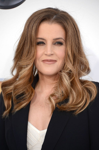 Lisa Marie Presley walks the red carpet at the Billboard âm nhạc Awards 2012 in Las Vegas