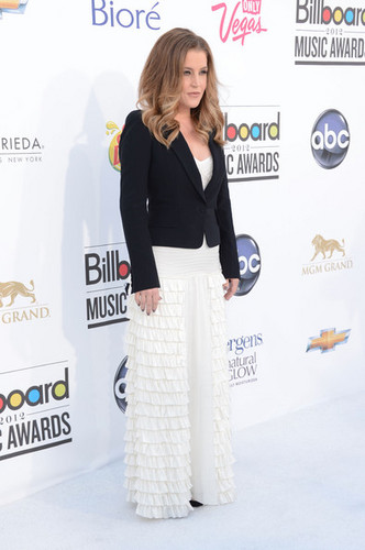 Lisa Marie Presley walks the red carpet at the Billboard 音楽 Awards 2012 in Las Vegas