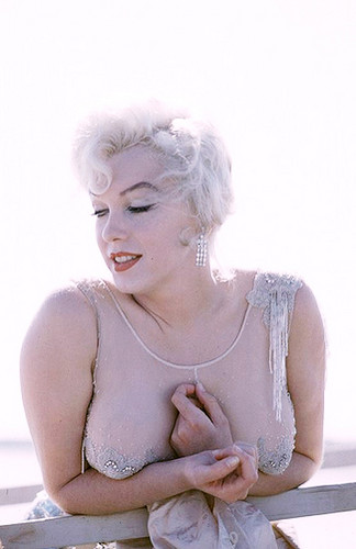 Marilyn Monroe wallpaper probably containing skin entitled Marilyn Monroe