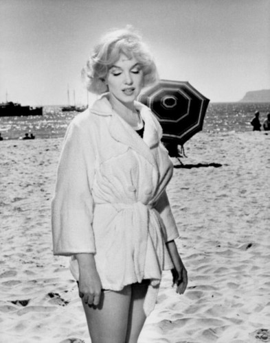 marilyn monroe fondo de pantalla probably containing a well dressed person and a box capa entitled Marilyn Monroe