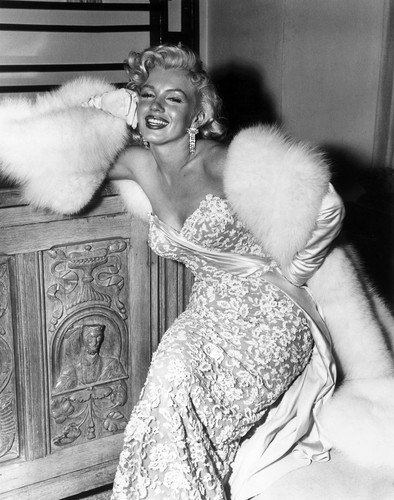 Marilyn Monroe wallpaper with a fur coat titled Marilyn Monroe