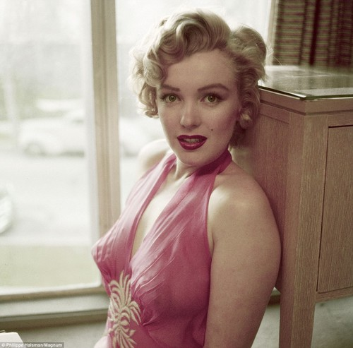 Marilyn Monroe wolpeyper possibly with a kaktel dress, a chemise, and a chemise titled Marilyn Monroe