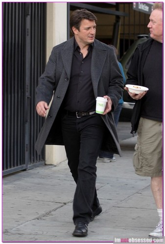 Nathan Fillion 壁纸 containing a business suit, a suit, and a well dressed person called Nathan