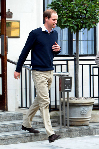 Prince William is seen after visiting Prince Phillip, Duke of Edinburgh, in the hospital in Luân Đôn